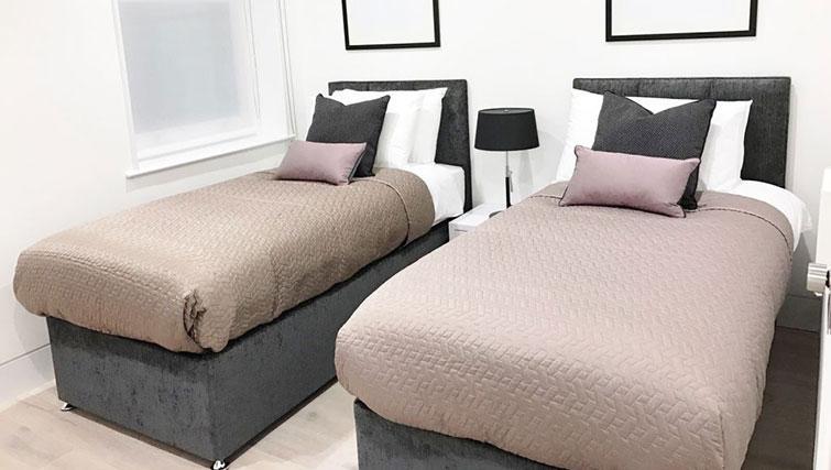 Twin beds at Kensington Apartments - Citybase Apartments