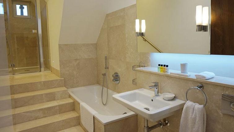 Bath at Kensington Apartments - Citybase Apartments
