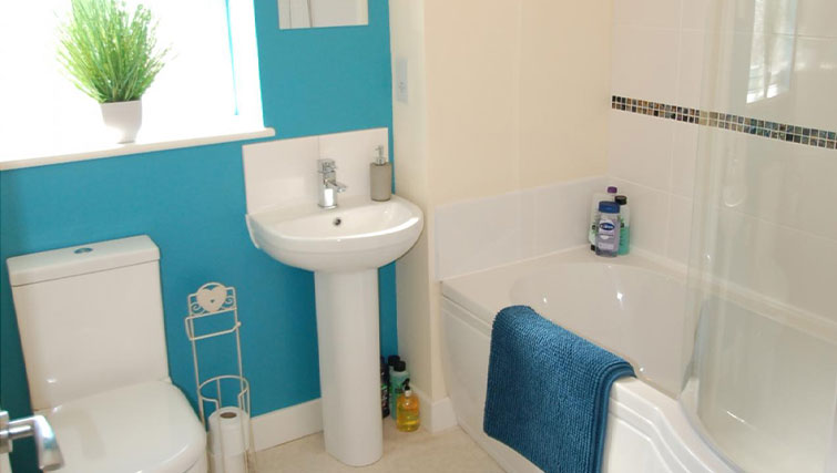 Large Bathroom at Cosy Dragon @ Tanglewood House - Citybase Apartments