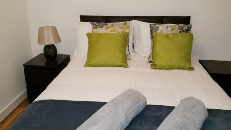 Double bed at Manhattan Heights Apartments - Citybase Apartments