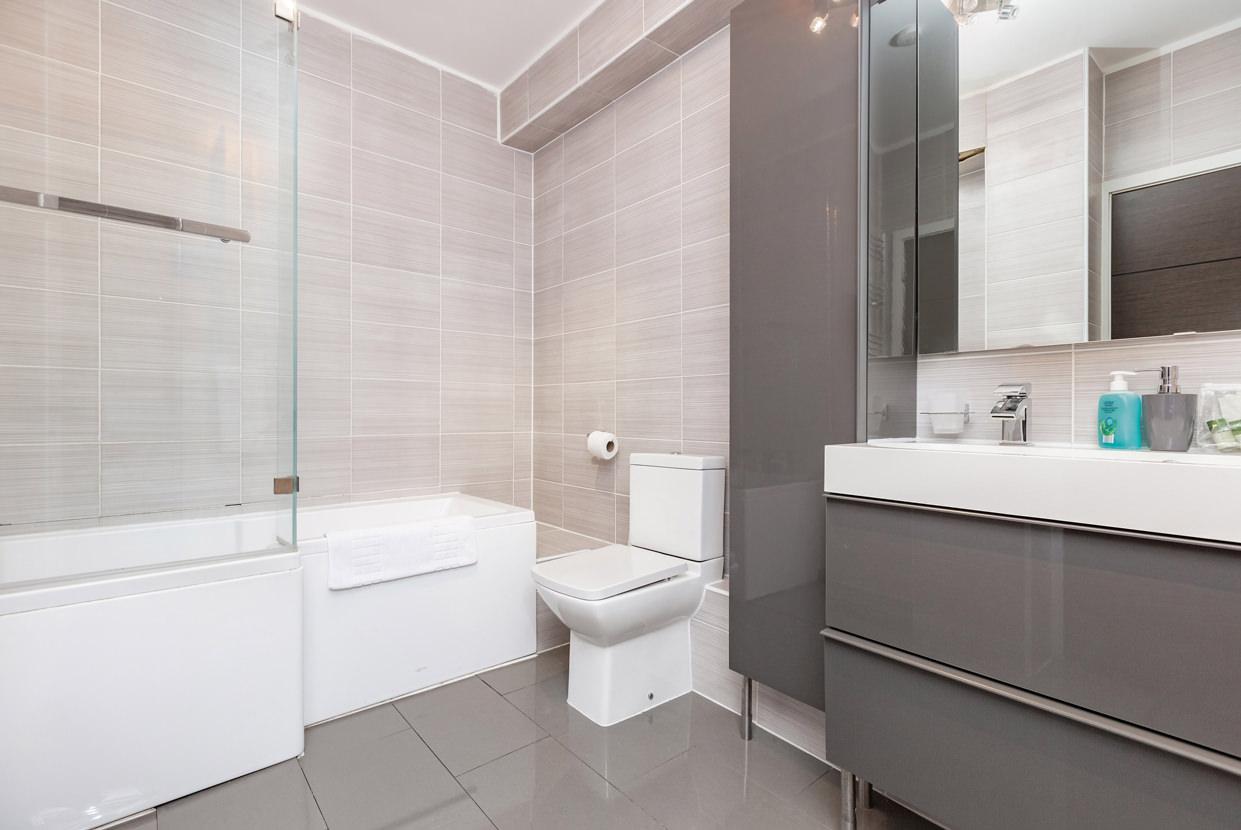 Bath at Manhattan Heights Apartments, Centre, Maidstone - Citybase Apartments