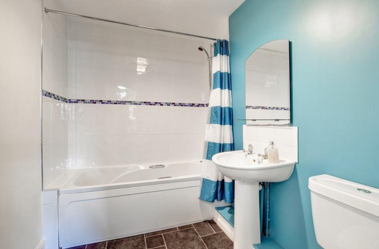 Modern bathroom at Sherlock Holmes Apartments - Citybase Apartments