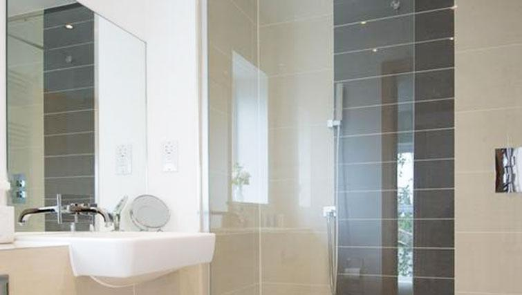 Bathroom at Flamsteed Executive Townhouse - Citybase Apartments