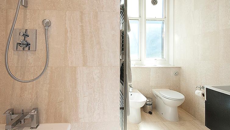 Pristine bathroom at 20 Hertford Street Apartments - Citybase Apartments