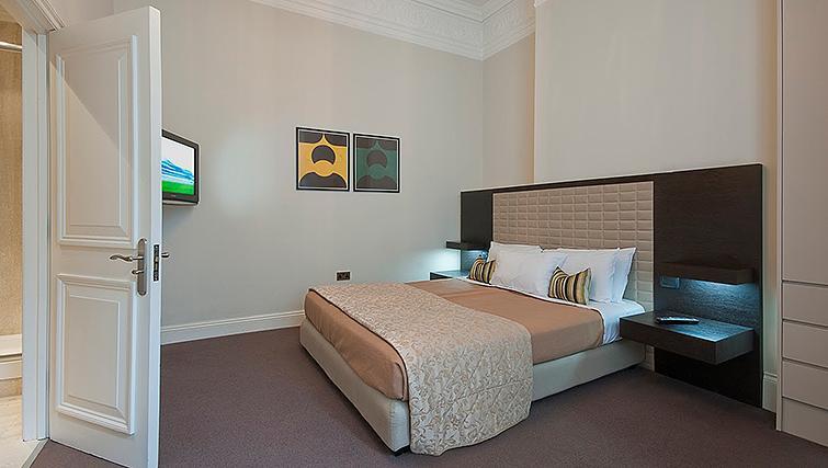 Large bedroom at 20 Hertford Street Apartments - Citybase Apartments