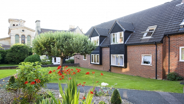Charming communal gardens in Christchurch Close Apartment - Citybase Apartments