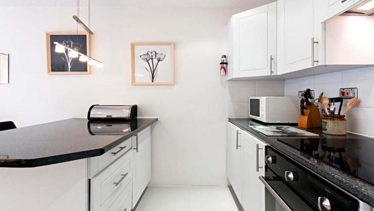 Elegant kitchen in Chatsworth Court Apartment - Citybase Apartments