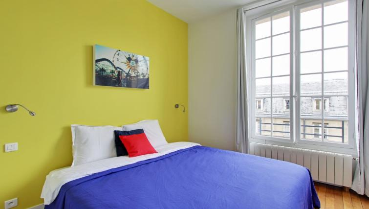 Yellow wallpaper at Charming Charlemagne Apartment - Citybase Apartments