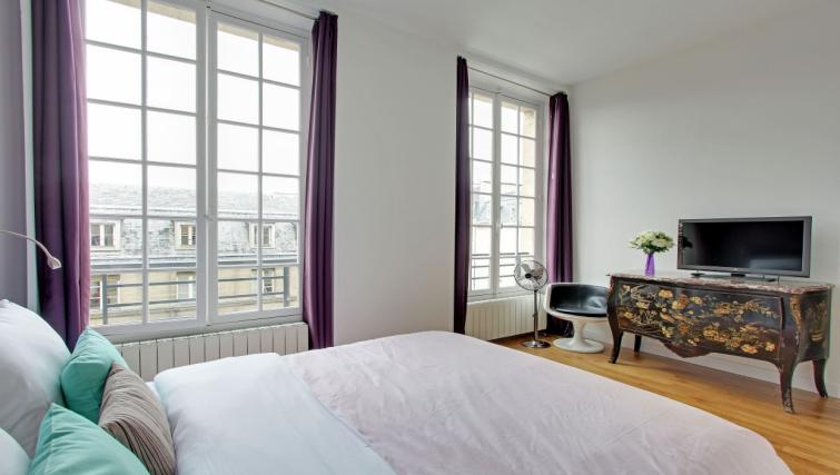 Bedroom at Charming Charlemagne Apartment - Citybase Apartments