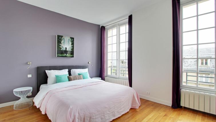 Double bed at Charming Charlemagne Apartment - Citybase Apartments
