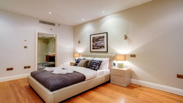 Big bed at the Genesis in Kensington Apartment - Citybase Apartments