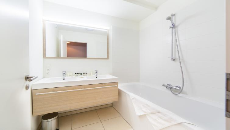 Bath at Argent Apartments - Citybase Apartments