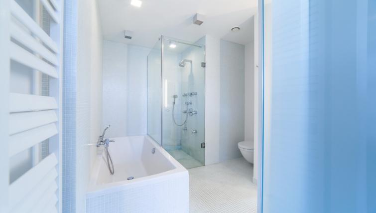 Bath at the Regence III Apartment - Citybase Apartments