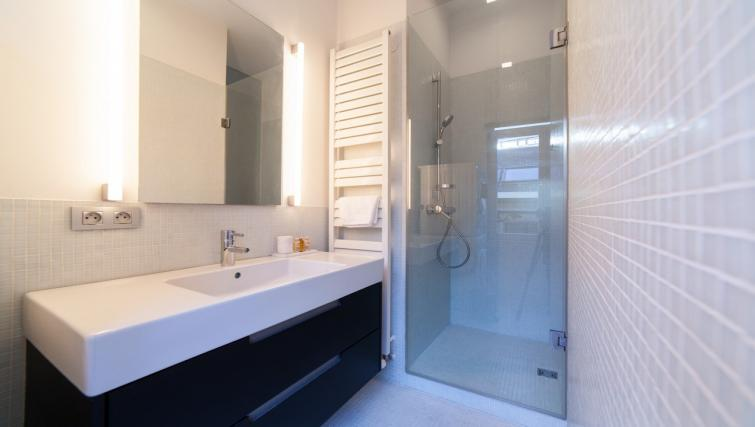 Stylish bathroom at the Regence III Apartment - Citybase Apartments
