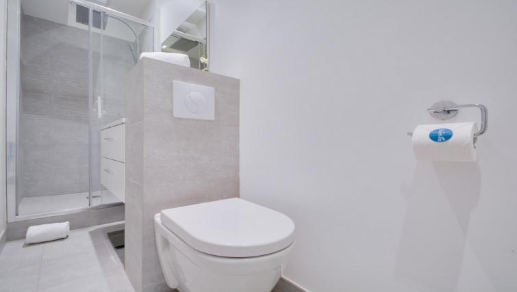 Bathroom at the Amiral de Coligny Apartment - Citybase Apartments