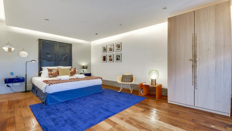 Bed at the Amiral de Coligny Apartment - Citybase Apartments