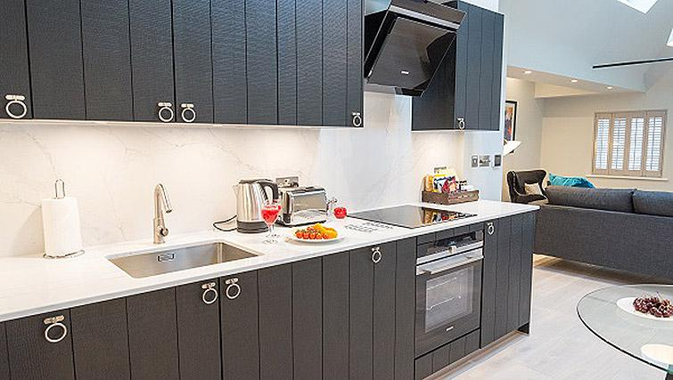 Equipped kitchen at Clarendon 44 Wellington Street Apartments - Citybase Apartments