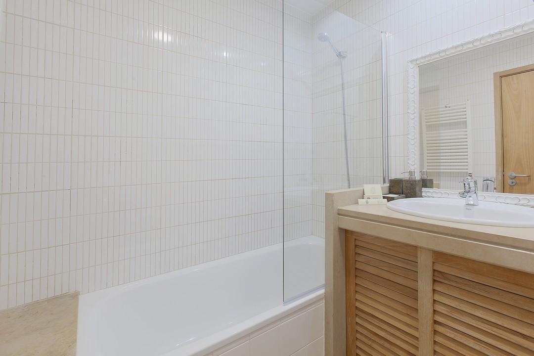 Bath at Liberdade Executive Apartments - Citybase Apartments