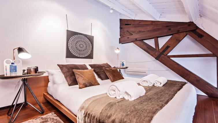 Double bed at Paseo de Gracia Apartments - Citybase Apartments