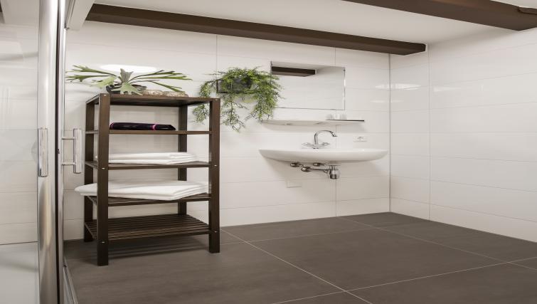 Bathroom at the Zwaansteeg Canal Garden Apartments - Citybase Apartments