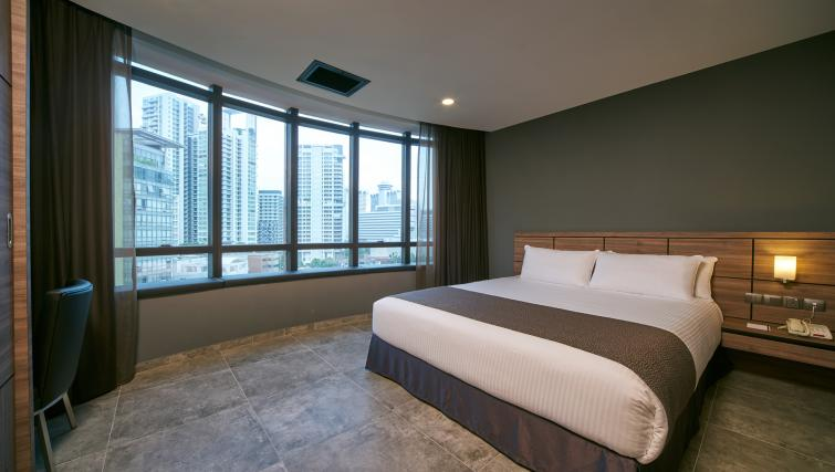 Large queen size bed at the Orchard Grand Court Serviced Apartments, Singapore - Citybase Apartments