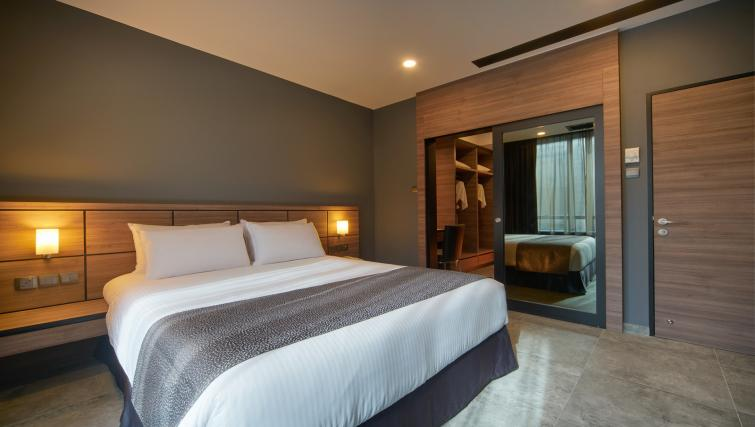 Big bed at the Orchard Grand Court Serviced Apartments, Singapore - Citybase Apartments