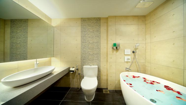 Modern bathroom at the Orchard Grand Court Serviced Apartments, Singapore - Citybase Apartments