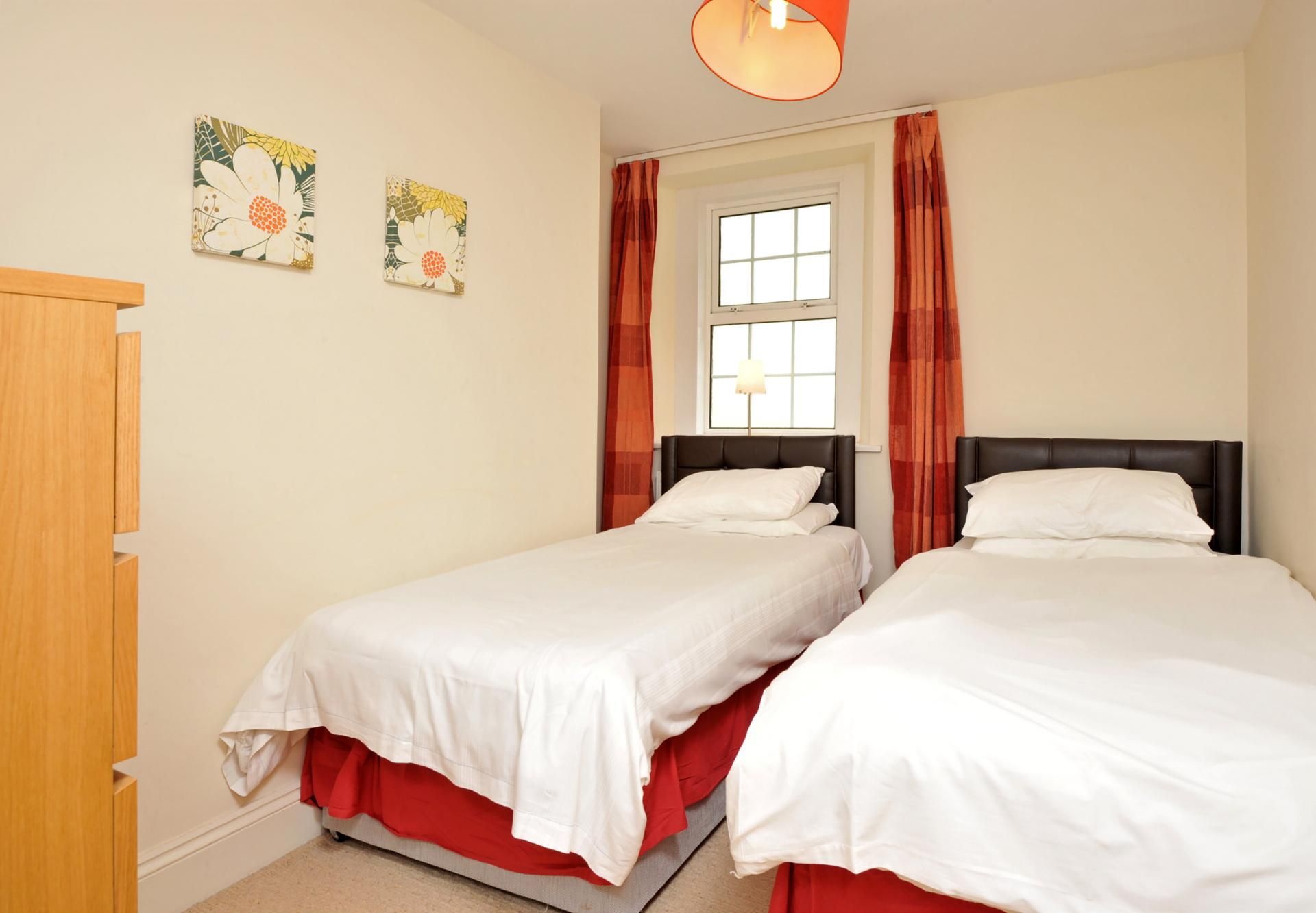 Twin beds at Trinity Mews Apartment, Babbacombe, Torquay - Citybase Apartments