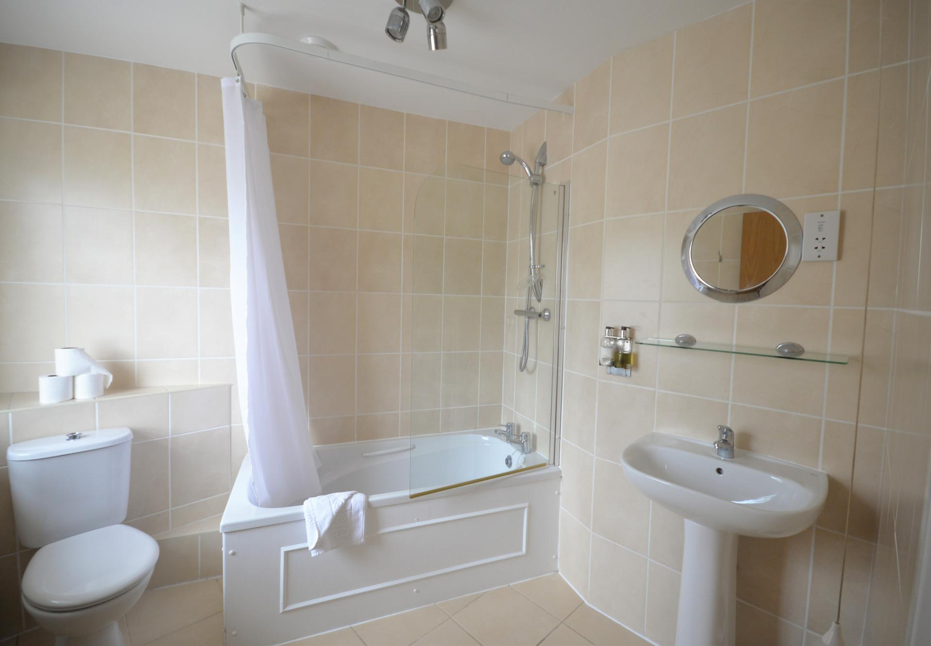 Bath at Trinity Mews Apartment, Babbacombe, Torquay - Citybase Apartments