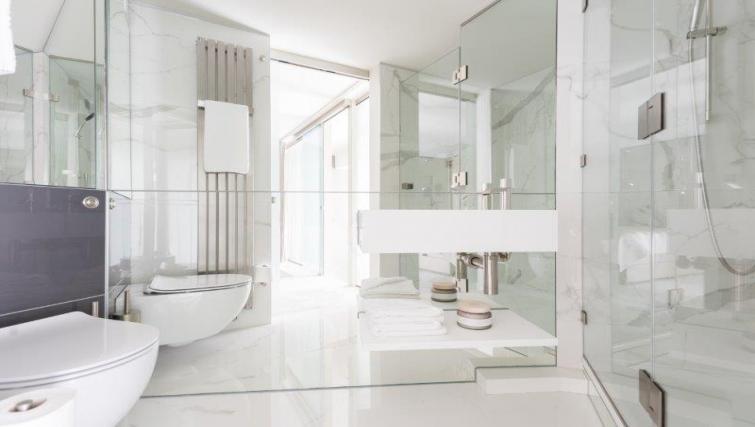 Bright bathroom at 1 Harrington Gardens - Citybase Apartments