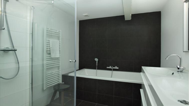 Bath at Stayci Luther Apartments - Citybase Apartments