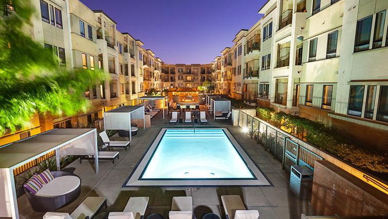 Night at 5600 Wilshire Apartments - Citybase Apartments