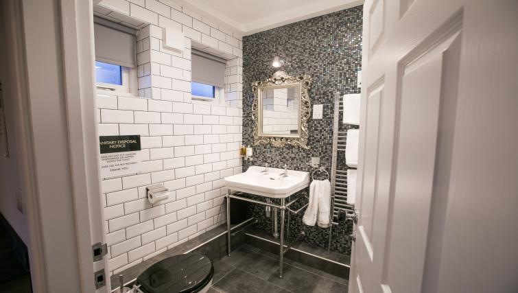 Stylish bathroom at Number 10 The Abbey Apartments - Citybase Apartments