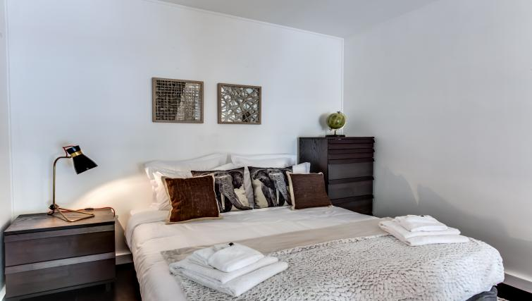 Big bed at the Friedland Apartment - Citybase Apartments