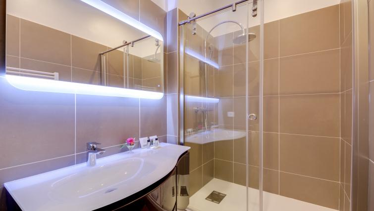 Spacious shower at Boetie IV Apartment - Citybase Apartments