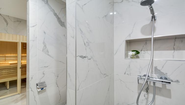 Trendy bathroom at the Ravignan Apartments - Citybase Apartments