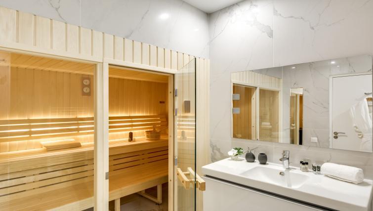 Nice bathroom at the Ravignan Apartments - Citybase Apartments