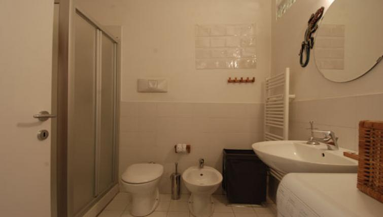 Toilet facilities at the Zanella B Apartment - Citybase Apartments