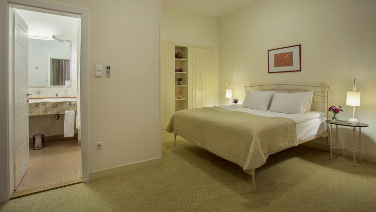 Bedroom decor at the Mamaison Residence Izabella - Citybase Apartments