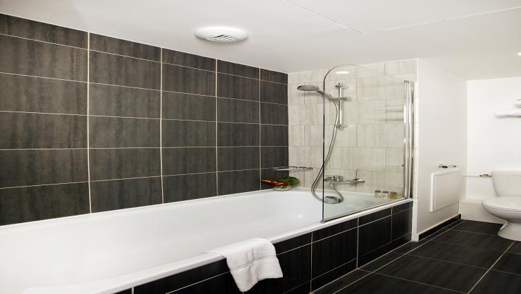 Bath at Residhome Paris Rosa Parks - Citybase Apartments