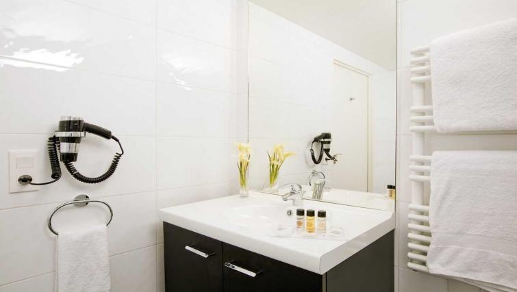 Modern bathroom at Residhome Apart Hotel Nanterre La Défense - Citybase Apartments