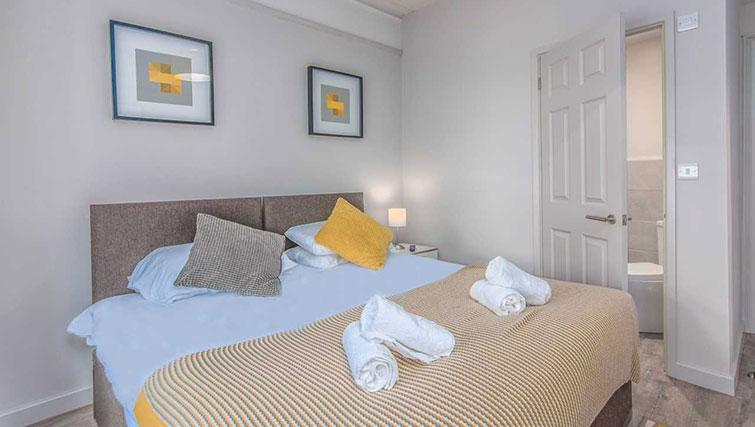 Double bed at Priory Road Apartment - Citybase Apartments