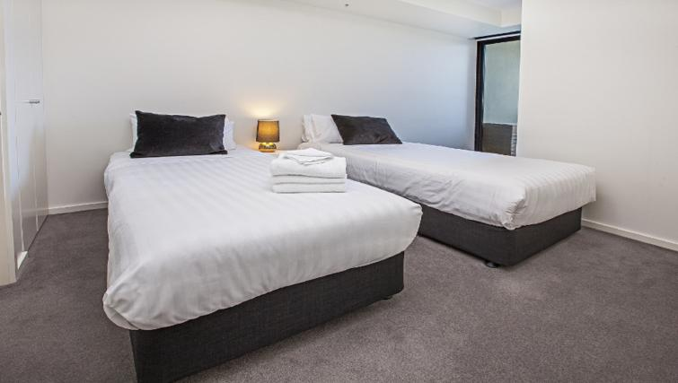 Twin beds at Flinders Wharf Apartments - Citybase Apartments