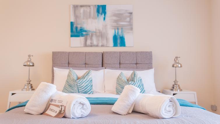 Double bed at Pinnocks Lodge Apartment - Citybase Apartments
