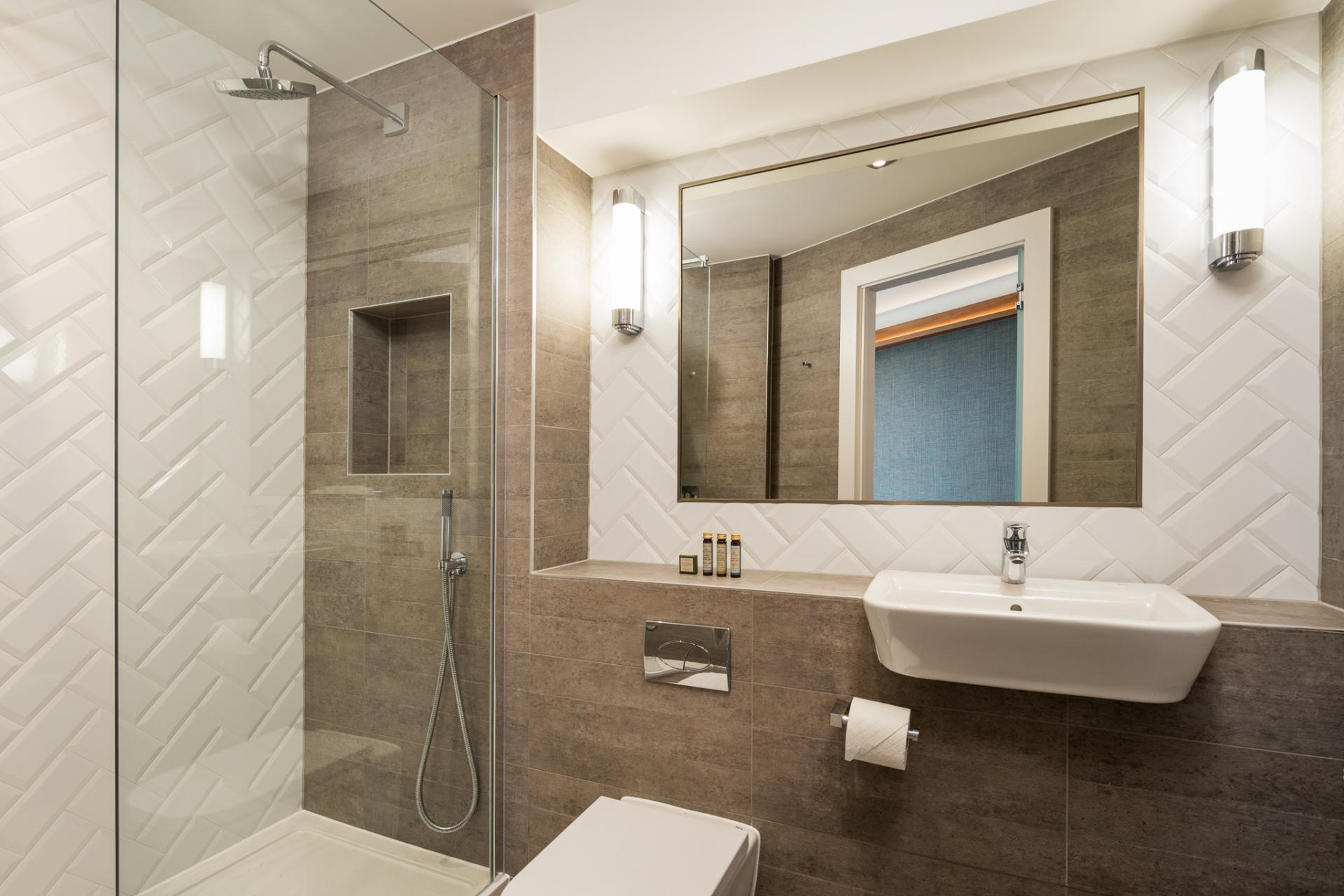 Grande bathroom at Roomzzz London Stratford - Citybase Apartments