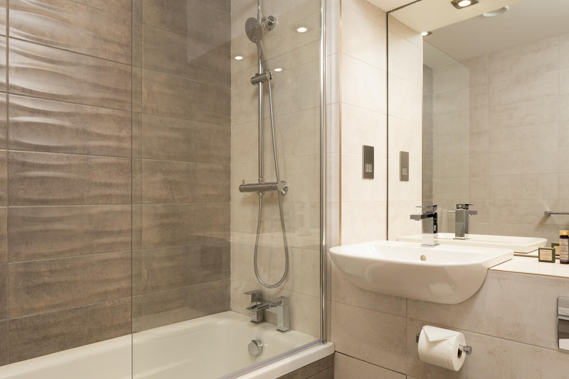 Bath at Roomzzz London Stratford - Citybase Apartments