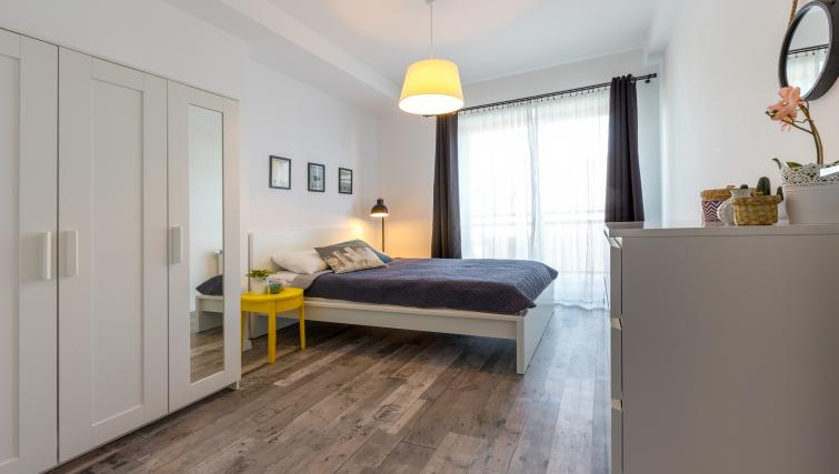 Wooden flooring in bedroom at Ariańska Residence - Citybase Apartments