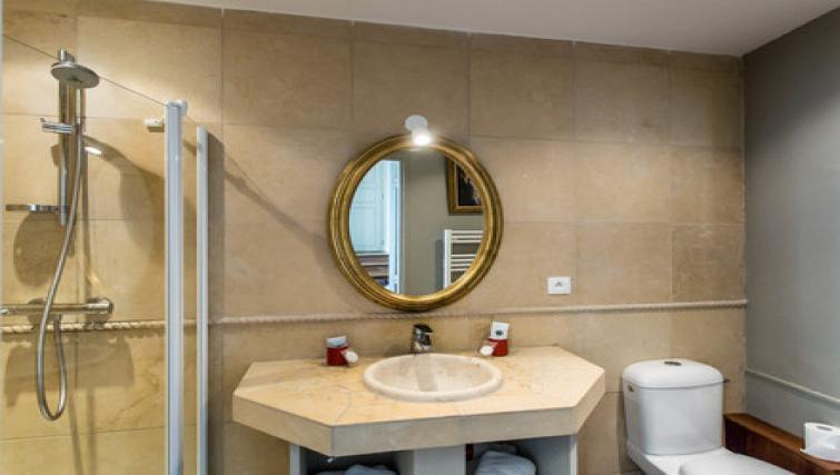 Mirror at the Hôtel de Panette Apartments - Citybase Apartments