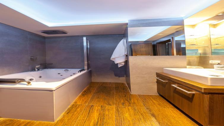 Spacious bathroom at Kazimierz Apartments - Citybase Apartments