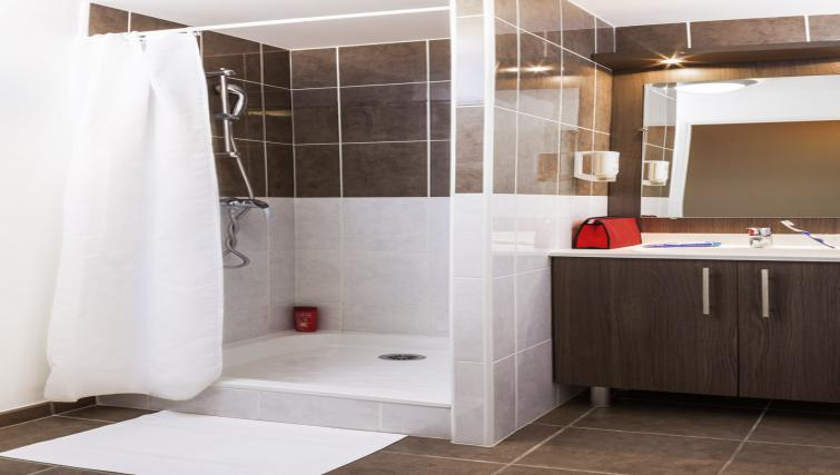 Bathroom at Adagio Access Poitiers Apartments - Citybase Apartments